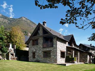Casas unifamiliares en el Pirineo: Casas de estilo rural de Ferraz Arquitectos