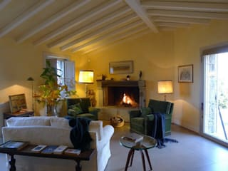 Una casa rivisitata nella campagna piacentina:  in stile  di Studio di architettura Aline D. Leroy