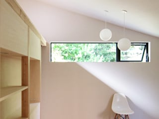 Modern style bedroom by ウタグチシホ建築アトリエ/Utaguchi Architectural Atelier Modern