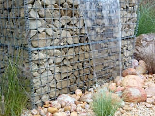 Gabion water feature falling onto rainbow cobbles Paul Newman Landscapes Rustikaler Garten