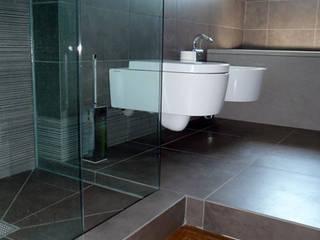 Carnelli House: Bagno in stile in stile Moderno di Studio BASE
