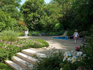 Reallizzazione zona spas con minipiscina idromassaggio:  in stile  di Pellegrini Giardini