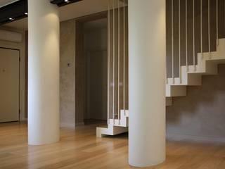 Casa Salzano: Ingresso & Corridoio in stile  di Pier Maria Giordani Architetto