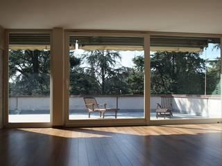 Casa T: Soggiorno in stile  di Pier Maria Giordani Architetto