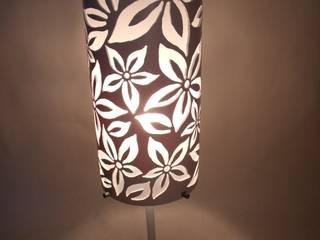 """Lampada da tavolo """"White flower"""" di Design ON House Moderno"""