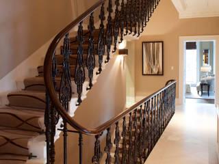 Eaton Square: Belgravia Roselind Wilson Design Pasillos, vestíbulos y escaleras clásicas