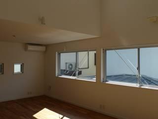 BOXハウス: 桑原建築設計室が手掛けたリビングです。,