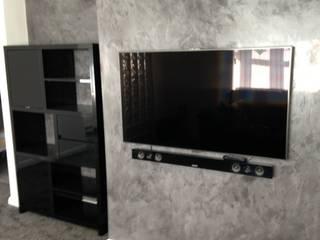 Grey Spatulata:  Living room by Daniel Polished Plaster Interiors