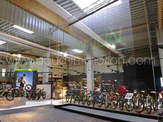 Wasserleinwand Festinstallation in einem Bike Store mit Projektion:   von aqua-in-motion.com