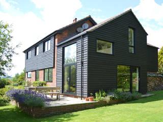 Extension and Refurbishment in Fernhurst, West Sussex by ArchitectureLIVE ArchitectureLIVE 現代房屋設計點子、靈感 & 圖片 木頭 Black