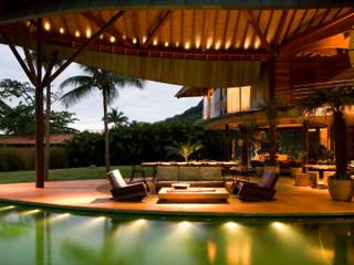 Balcone, Veranda & Terrazza in stile tropicale di Mareines+Patalano Arquitetura Tropicale