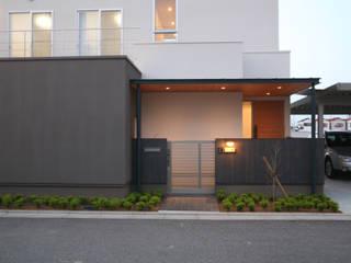 玄関(外観): 株式会社 U建築研究所が手掛けた家です。