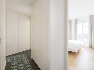 Pasillos, halls y escaleras minimalistas de Agence Manuel MARTINEZ Minimalista