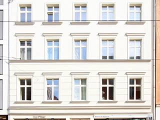 Umbau und Dachgeschossausbau Wohn- und Geschäftshaus Alte Schönhauser Straße, Berlin-Mitte Moderne Häuser von WAF Architekten Modern
