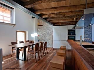 Rustico ( Polcenigo PN ) Cucina moderna di GRAPHOS_DS Moderno Legno Effetto legno