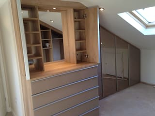 Loft fitted wardrobes with glass and mirror doors Quartos modernos por Sliding Wardrobes World Ltd Moderno