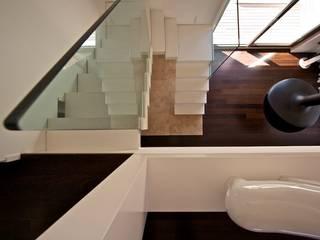 multilivel house :  in stile  di Sammarro Architecture Studio