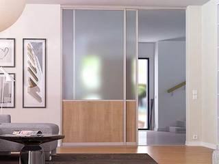 Glasschiebetür als Raumteiler: moderne Wohnzimmer von deinSchrank.de GmbH