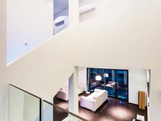 Collage cubes - Doppelhaus in Malchen Moderner Flur, Diele & Treppenhaus von Helwig Haus und Raum Planungs GmbH Modern