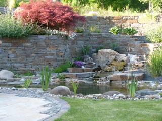 Gartenteich mit Quellstein:   von Gärten für Auge und Seele