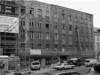 Umbau und Dachgeschossausbau Wohn- und Geschäftshaus Neue Schönhauser Straße, Berlin-Mitte: modern  von WAF Architekten,Modern