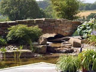 Gartenbrücke aus Naturstein.:  Garten von Gärten für Auge und Seele