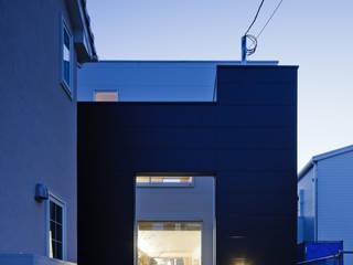 光を共有する家 モダンな 家 の 津野建築設計室/troom モダン