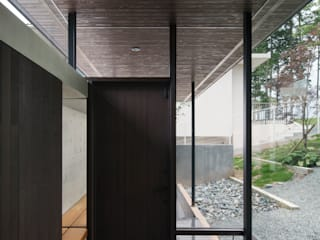 Nowoczesny korytarz, przedpokój i schody od 設計組織DNA Nowoczesny