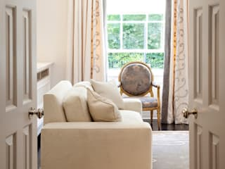Eaton Square: classic Living room by Loomah