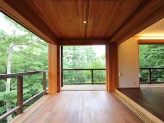 軽井沢 ソトウチの家/改修別荘: 一級建築士事務所 アトリエ カムイが手掛けたテラス・ベランダです。,オリジナル