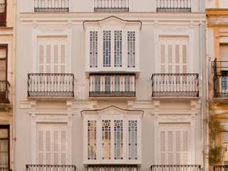 APARTMENTS DWELLING BUILDING من JoseJiliberto Estudio de Arquitectura كلاسيكي
