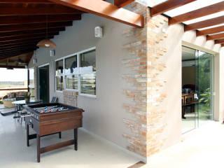 Graça Brenner Arquitetura e Interiores Garage / Hangar rustique