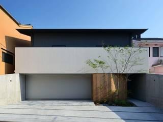 House in Fushimi: 設計組織DNAが手掛けたガレージです。