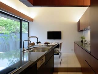 House in Fushimi: 設計組織DNAが手掛けたキッチンです。