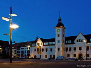 Lichtmast-Unikat vor Freiberger Rathaus:   von Archevolucio Lichtplanung