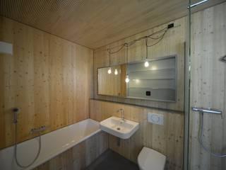 Mehrfamilienhaus in Bern:Totalsanierung und Erweiterung Moderne Badezimmer von Quadrat AG Modern