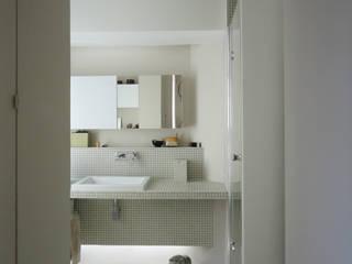 La salle de bains: Salle de bains de style  par Miaow Design
