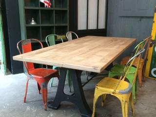 Table indu avec chaises Tolix:  de style  par 5 FRANCS