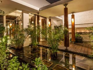 Jardins ecléticos por Kumar Moorthy & Associates Eclético