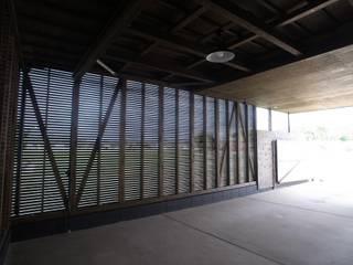 Garage / Hangar classiques par オオハタミツオ建築設計事務所 Classique