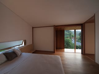 Modern style bedroom by TOSHIAKI TANAKA&ASSOCIATES/田中俊彰設計室 Modern