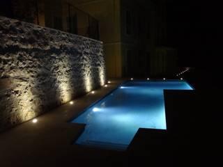 Villa à Menton: Piscines  de style  par Agence Manuel MARTINEZ