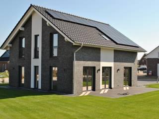 Modernes Einfamilienhaus mit A+ Hybrid-Haustechnik Moderne Häuser von Heinrich Blohm GmbH - Bauunternehmen Modern