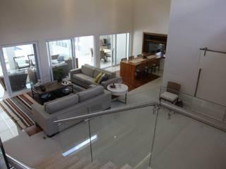 Pasillos, vestíbulos y escaleras modernos de Ornella Lenci Arquitetura Moderno
