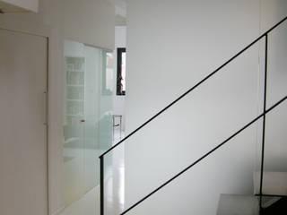 モダンスタイルの 玄関&廊下&階段 の Barbara Sterkers , architecte d'intérieur モダン