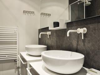 Bagno in stile in stile Moderno di Barbara Sterkers , architecte d'intérieur