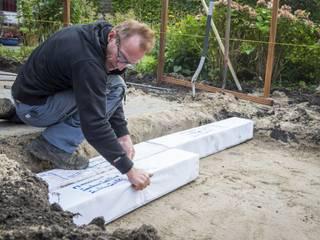 Rob Verlinden legt Hydroblob blokken aan tijdens Rob's Grote Tuinverbouwing:  Tuin door GroenRijk Hoveniers