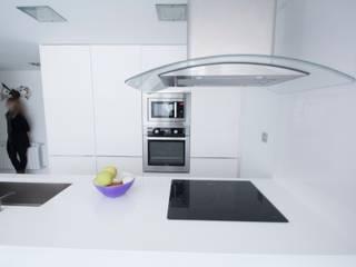 Vivienda para músico Cocinas de estilo minimalista de Ramos Bilbao Architects Minimalista