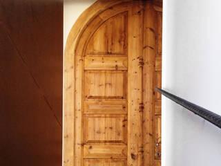 Escalera y Puerta | Casa A Puertas y ventanas mediterráneas de 08023 Architects Mediterráneo