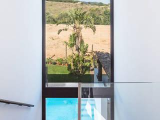 Corridor & hallway by 08023 Architects, Mediterranean